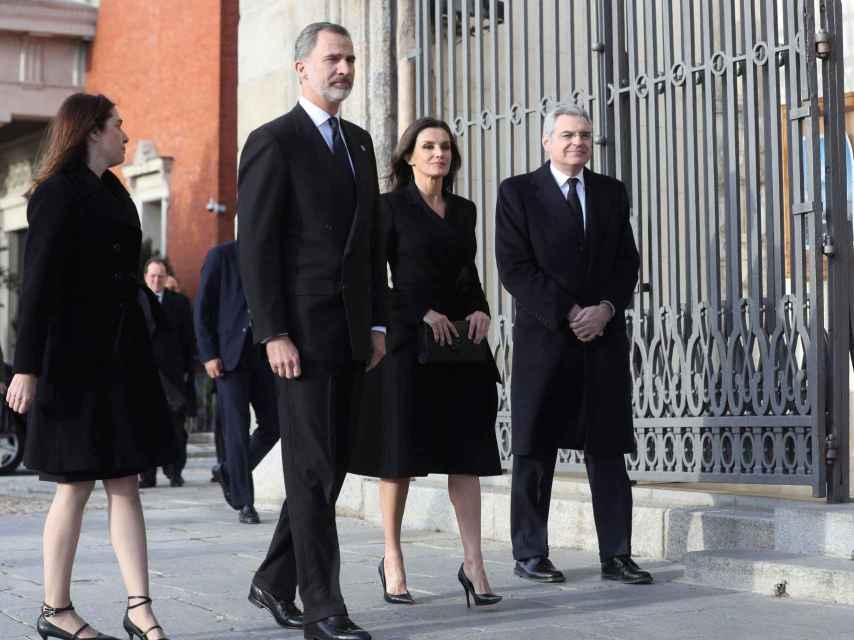Los reyes Felipe y Letizia con atuendo sobrio junto a Carmen y José Pérez-Llorca, hijos del fallecido.