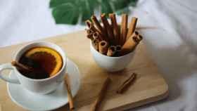 Taza de té con limón y canela en rama