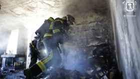 Los bomberos sofocan el incendio de la casa del poeta