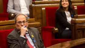 Quim Torra e Inés Arrimadas, ambos con un lazo azul en el Parlament este jueves.