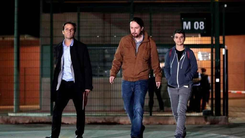 Jaume Asens, Pablo Iglesias y Lucia Martín, a la salida de visitar a Oriol Junqueras en la cárcel de Lledoners.