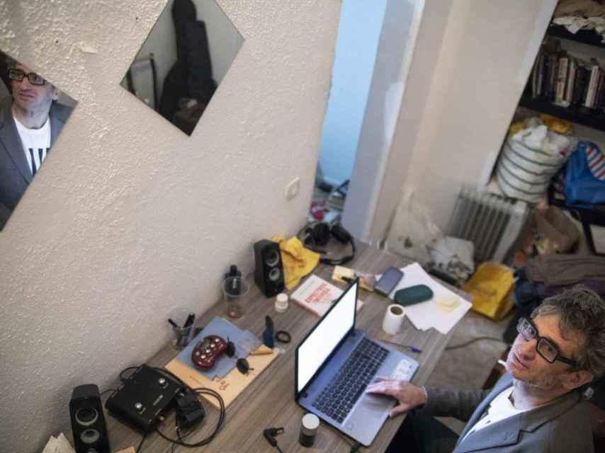 Camilo de Ory escribe en el sótano de Madrid donde vive.