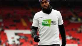 Danny Rose durante un calentamiento con una camiseta contra la discriminación y el racismo