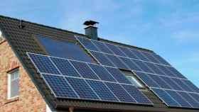Placas fotovoltaicas instaladas en un hogar, en una imagen de archivo.