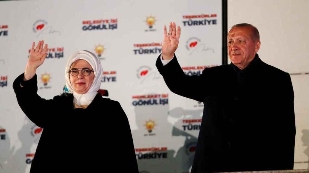El presidente turco Erdogan junto a su mujer.