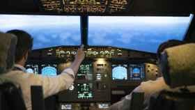 Dos pilotos durante una sesión de simulador.
