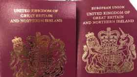 Comparación entre el nuevo (i) y viejo (d) diseño del pasaporte británico.
