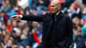 Zinedine Zidane da órdenes a los jugadores del Real Madrid desde la banda