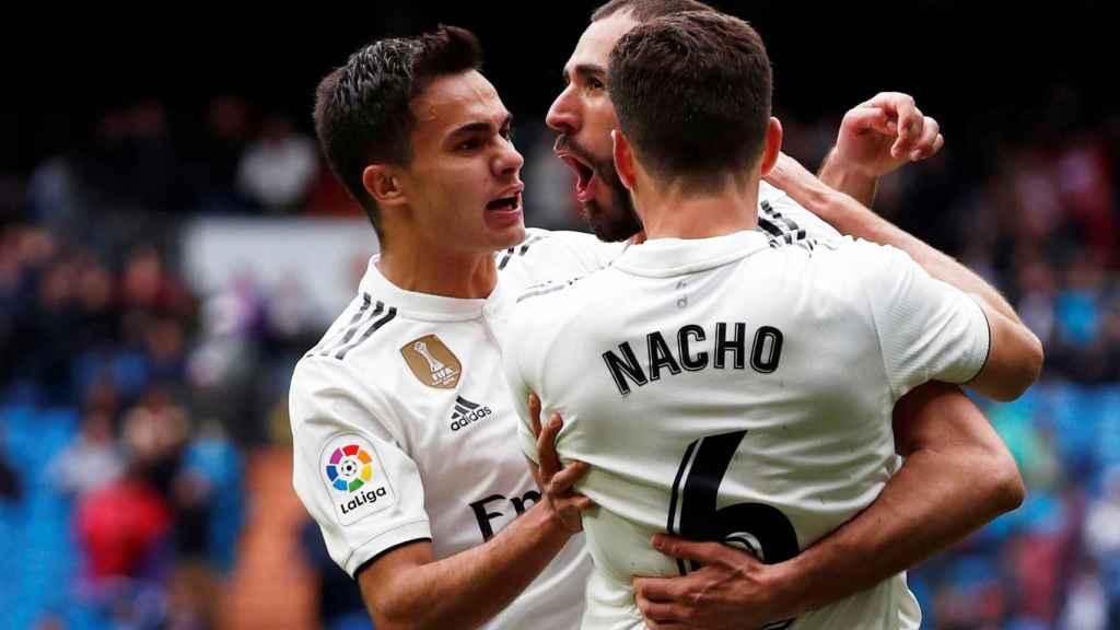 Benzema celebra junto a Reguilón y Nacho su segundo gol al Eibar