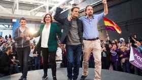 Pablo Iglesias junto a Jaume Asens, Ada Colau y Lucía Martín, al final de su acto de campaña en  l'Hospitalet de Llobregat.