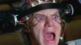 Escena de la película de Kubrick en la que se obliga al personaje a ver una serie de imágenes.