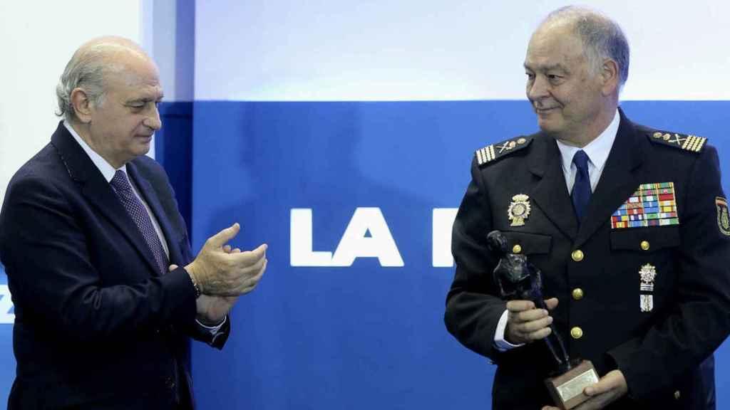 El exministro del Interior, Jorge Fernández Díaz (i) y el exdirector adjunto de la Policía, Eugenio Pino (d).