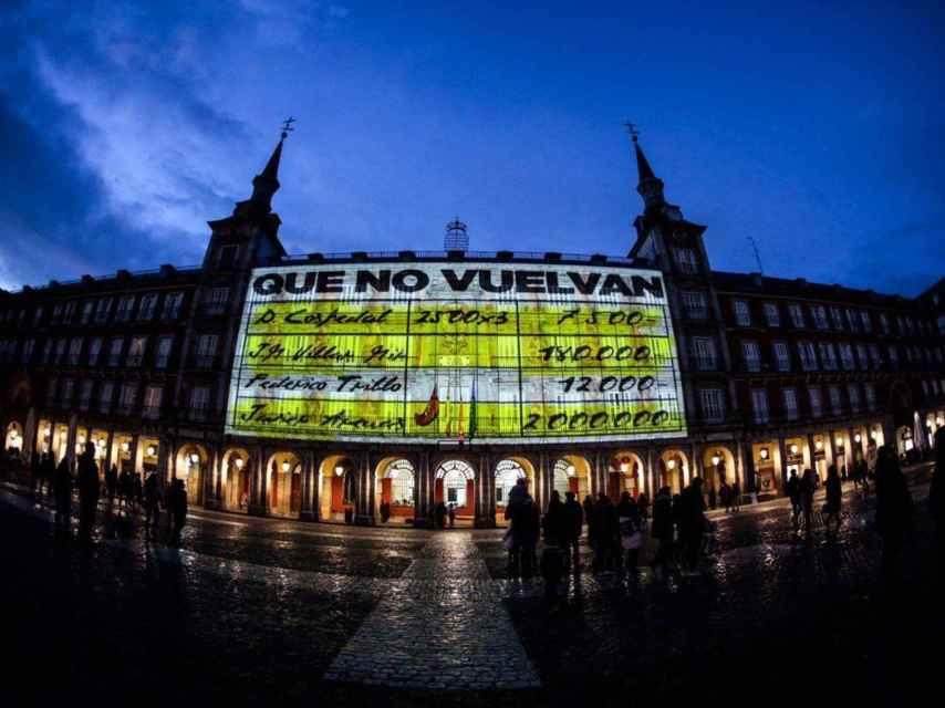 Los 'papeles de Bárcenas' sobre la fachada de la Casa de la Panadería de la Plaza Mayor de Madrid.