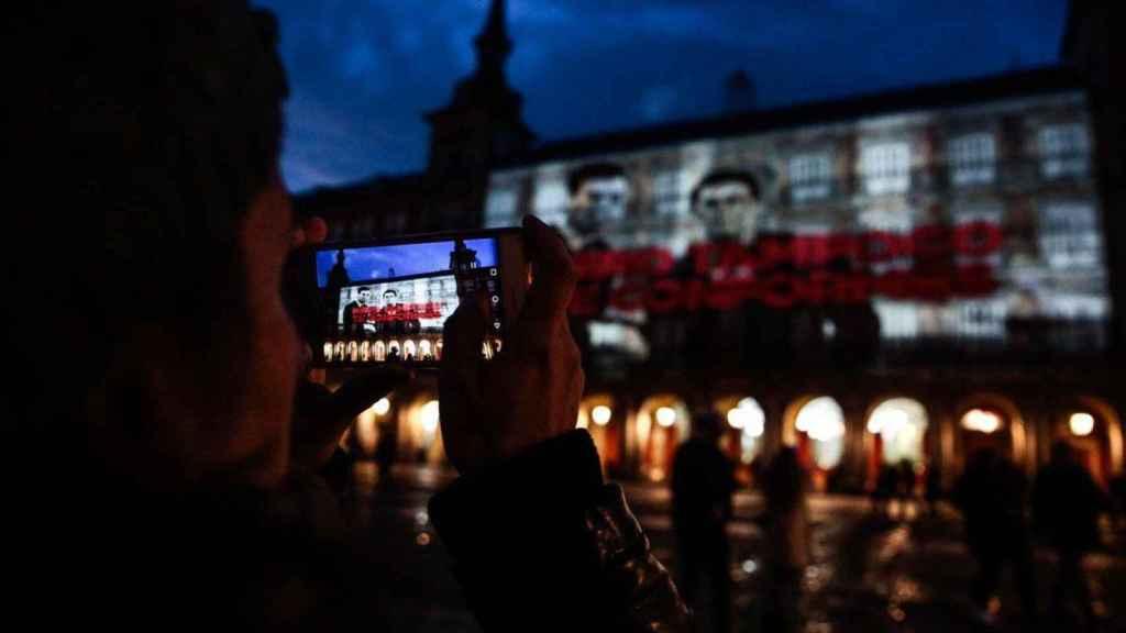 La foto de Rivera y Sánchez, al que se reclama No te conformes, en la Plaza Mayor, dentro de la campaña de Podemos Que no vuelvan.
