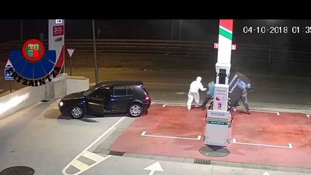 La banda, robando en una gasolinera