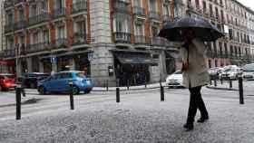 Vista de una calle bajo la fuerte granizada que ha caído este viernes en Madrid. EFE/Ballesteros