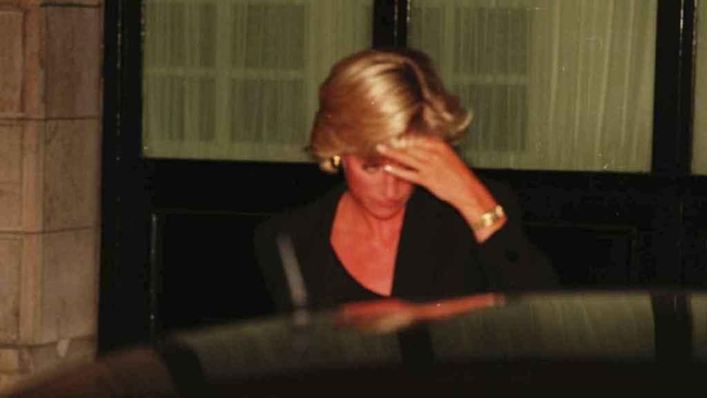 Lady Di saliendo del hotel y entrando en el coche donde sufrió el fatal accidente.
