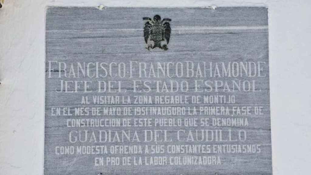 Placa en ofrenda a Francisco Franco instalada en una plaza de Guadiana del Caudillo (Badajoz).