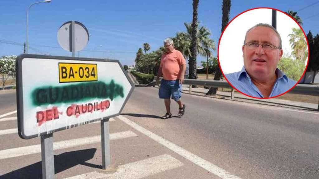 Un hombre pasa por delante de una señal que indica hacia Guadiana del Caudillo (Badajoz).