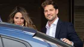 David Bisbal y Rosanna Zanetti saliendo del hospital.
