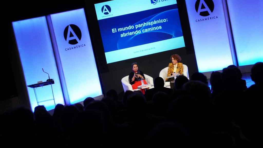 Elvira Roca y Carmen Iglesias durante su charla sobre le mundo panhispánico.