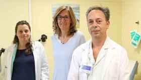 Los Drs. Antonio Gil y Eva Colás junto a la paciente exitosamente tratada. (VHIR)