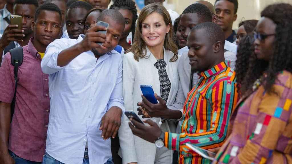 Letizia junto a un grupo de senegaleses haciéndose fotos durante su periplo senegalés en 2017.
