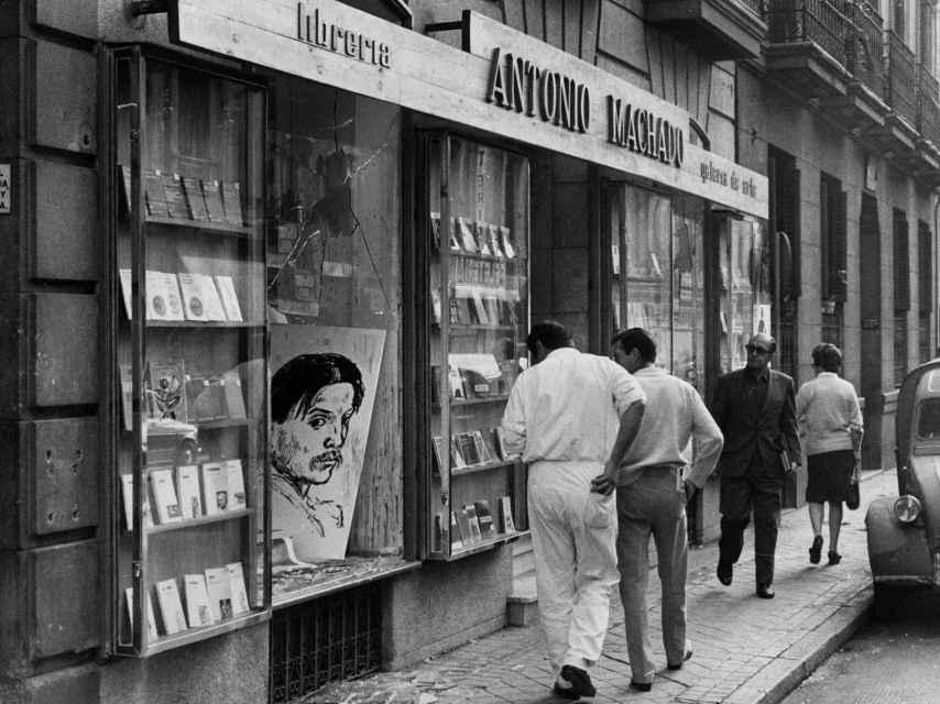 Fachada de la librería Antonio Machado tras el atentado de 1971.
