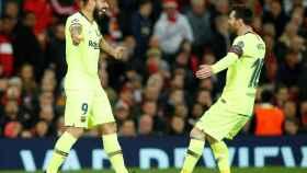 Suárez y Messi celebran el único gol del partido