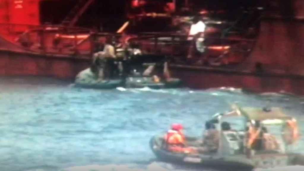 Los militares españoles, en su maniobra de aproximación al buque asaltado por piratas.