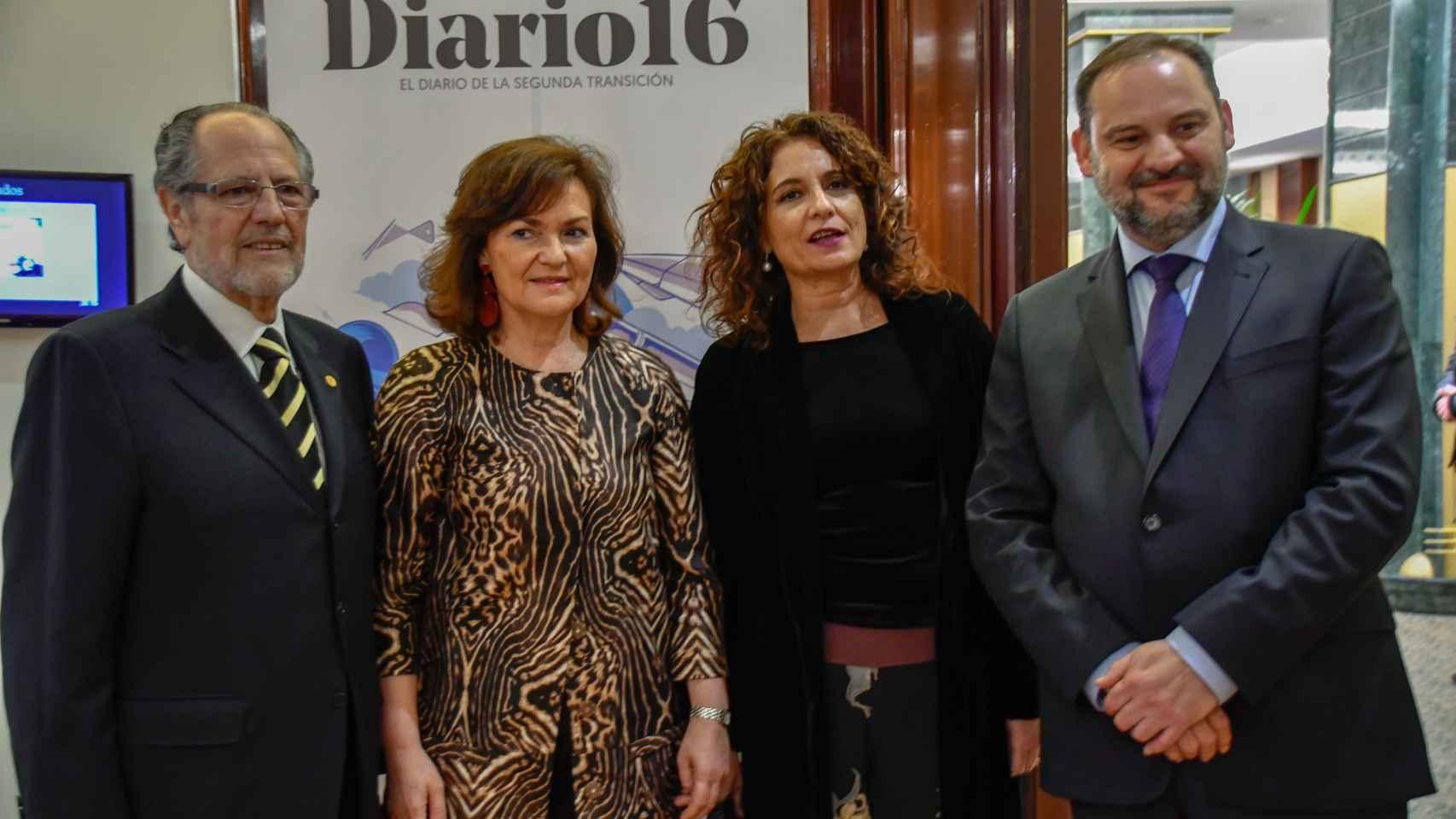 El editor de Diario 16, junto con la vicepresidenta del Gobierno Carmen Calvo, y los ministros de Fomento, José Luis Ábalos y de Economía, María Jesús Montero.