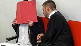 Jennifer W. espera a entrar en su juicio.