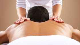 Imagen de archivo de una sesión de masaje. Foto: EFE