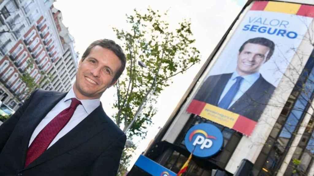 Pablo Casado frente a la sede del Partido Popular en Madrid