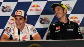 Márquez y Rossi se ríen ante la ocurrencia del español, en la conferencia de prensa del GP de Las Américas.