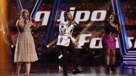 Luis Fonsi canta junto a Linda Rodrigo y María Espinosa.