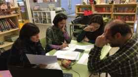 Miembros del proyecto 'Biblioteca y género' analizando una de las obras.