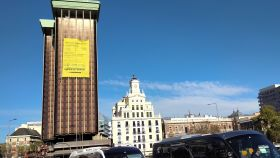 Escaladores de Greenpeace cuelgan pancarta para denunciar inacción política