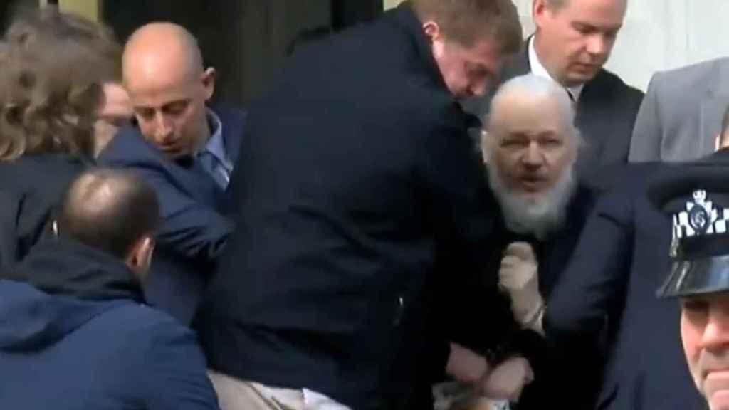 Julian Assange, retirado a la fuerza de la embajada de Ecuador.