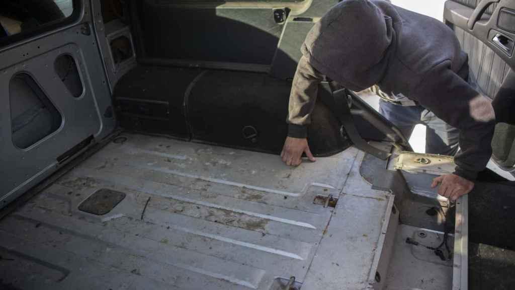 El narcotraficante muestra el interior de un todoterreno sin asientos para introducir la carga cuando se produjen alijos.
