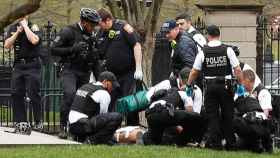 Varios agentes de policía rodean al presunto suicida en los alrededores de la mansión presidencial.