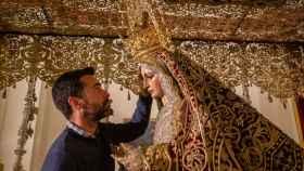 Antonio Bejarano vistiendo a la Virgen del Patrocinio.