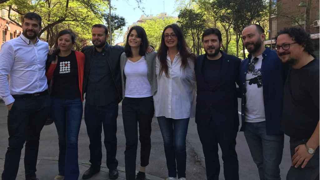 Los candidatos de Unidas Podemos-IU-En Pie, con Isa Serra y Sol Sánchez en el centro, posan para celebrar el acuerdo.