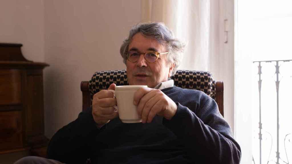 El escritor Andrés Trapiello, en el salón de su casa.