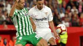 Sarabia pelea un balón en el derbi andaluz