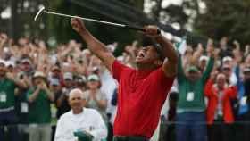 Tiger Woods levanta los brazos tras llevarse el Masters