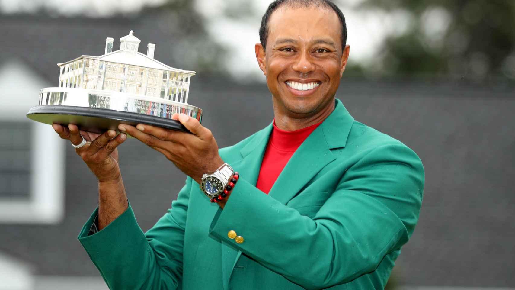 Tiger Woods posa con el trofeo del Masters de Augusta