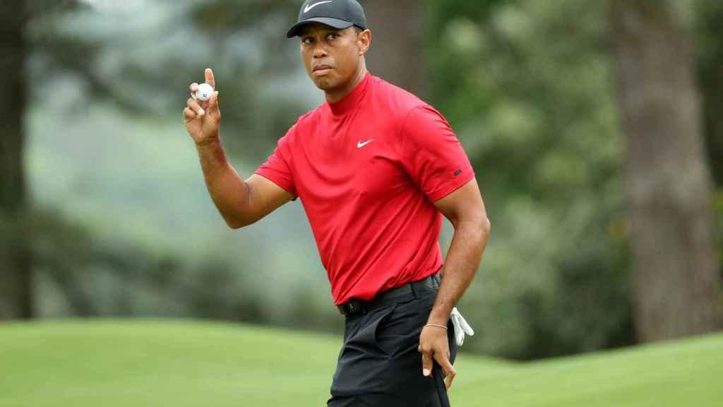 Tiger Woods saluda después de su birdie en el hoyo 8 durante la última jornada del Masters.