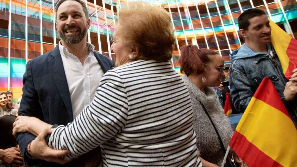 Santiago Abascal saluda a sus simpatizantes en Vitoria.