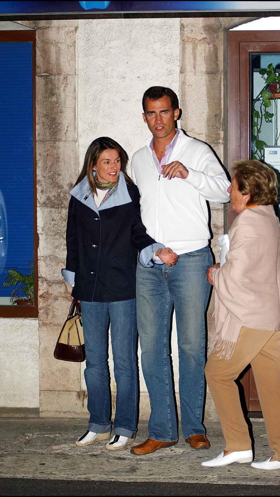 Felipe y Letizia junto a la periodista Menchu Álvarez del Valle en Ribadesella.